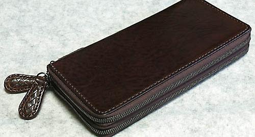 f4aed5ec0786 最近10年以上もの付き合いとなる愛用の財布がボロボロになっていたのにふと気付き、新たなる財布を購入するべく色々と財布に関する情報収集を行っていた。